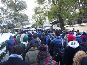 雪の金閣寺入場待ちの列