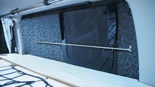 梅雨空の、ハイエースの窓埋め、物干し竿、ショートキャンプ