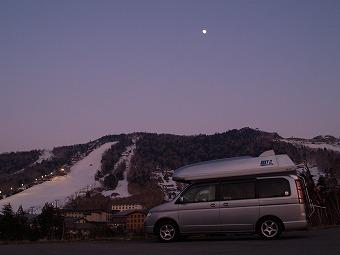 一の瀬スキー場と月